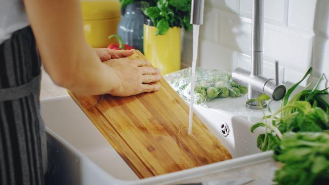 廚房中不可或缺的用品,砧板絕對名列一二,不過用久的砧板充滿細菌與髒污,若是沒有善加清潔,可能造成食物汙染,因此專家建議,料理不同食材,使用不同砧板,並依照不同材質有不同的使用方法與清潔方式,用對清潔方法,才能確保全家人的飲食健康。